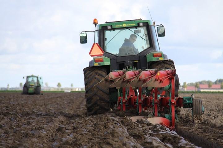 Ploegen en tarwe zaaien Agrifoto